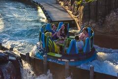 Mensen die de Dalingen van de de aantrekkelijkheidsoneindigheid van de pretrivier in Seaworld Marine Theme Park 6 hebben stock foto