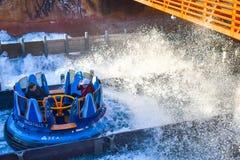 Mensen die de Dalingen van de de aantrekkelijkheidsoneindigheid van de pretrivier in Seaworld Marine Theme Park 2 hebben stock foto