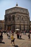 Mensen die de Doopkapel Florence, Italië bezoeken Stock Afbeeldingen