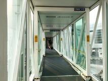 Mensen die in de doorgang bij de luchthaven in Bali, Indonesië lopen Royalty-vrije Stock Foto