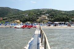 Mensen die de drijvende pijler bezoeken bij Kalamaki-strand in Korfu Isl royalty-vrije stock foto