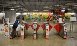 Mensen die de ingang overgaan bij MRT post Stock Fotografie