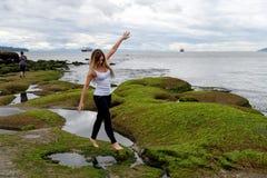 Mensen die de intertidal streek van Vancouver, Britse Colum onderzoeken stock fotografie