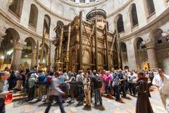 Mensen die de Kerk van het Heilige Grafgewelf in Jeruzalem bezoeken Royalty-vrije Stock Foto