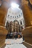 Mensen die de Kerk van het Heilige Grafgewelf in Jeruzalem bezoeken Stock Foto's