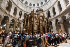 Mensen die de Kerk van het Heilige Grafgewelf in Jeruzalem bezoeken Royalty-vrije Stock Foto's