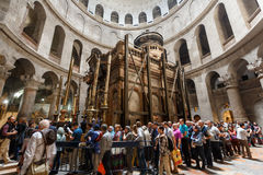 Mensen die de Kerk van het Heilige Grafgewelf in Jeruzalem bezoeken Royalty-vrije Stock Afbeeldingen