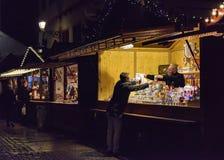 Mensen die de Kerstmismarkt bezoeken om giften te kopen Stock Fotografie