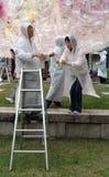 Mensen die de lantaarns van het de dagfestival van Boedha in Zuid-Korea opzetten Stock Afbeelding