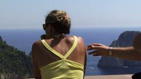Mensen die de mening van Capri Italië bekijken stock videobeelden