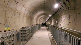 Mensen die de metrotunnels van de 5de lijn van Boekarest bezoeken stock videobeelden
