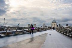 Mensen die de Millenniumbrug op een Bewolkte Dag kruisen royalty-vrije stock foto's