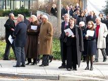 Mensen die de Nationale Kathedraal weggaan stock foto