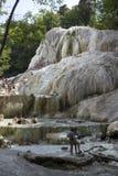 Mensen die in de natuurlijke thermische pools van Bagni baden San Filippo royalty-vrije stock afbeeldingen