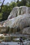Mensen die in de natuurlijke thermische pools van Bagni baden San Filippo stock fotografie