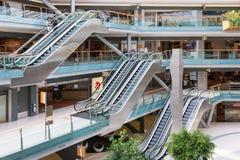 Mensen die in de Nederlandse binnenarena van de winkelcomplexvilla winkelen Stock Afbeelding