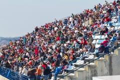 Mensen die de opleiding van Formule 1, 2012 zien stock afbeelding
