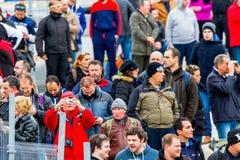 Mensen die de opleiding van Formule 1, 2015 zien royalty-vrije stock afbeeldingen