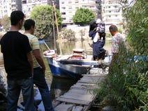 Mensen die de overkant van de rivier van Nijl kruisen door schip in maadi Kaïro Royalty-vrije Stock Foto