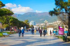 Mensen die de promenade van de Krim lopen Yalta royalty-vrije stock fotografie