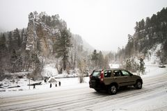 Mensen die de sneeuw de Winter behandelde vallei in Spearfish, BR bewonderen Stock Afbeeldingen