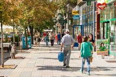 Mensen die de stad in het Historische Centrum van Timisoara lopen Stock Afbeeldingen