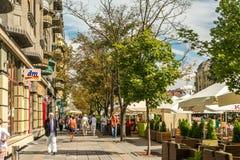 Mensen die de stad in het Historische Centrum van Timisoara lopen Royalty-vrije Stock Fotografie