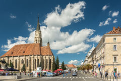 Mensen die de stad in van Cluj Napoca lopen royalty-vrije stock afbeelding