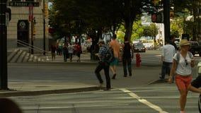 Mensen die de straat kruisen stock video