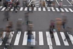 Mensen die de straat kruisen Stock Foto