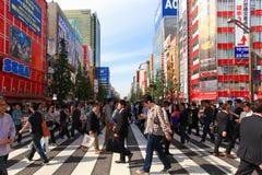 Mensen die de straat kruisen bij het gebied van Akihabara van Tokyo Royalty-vrije Stock Afbeeldingen