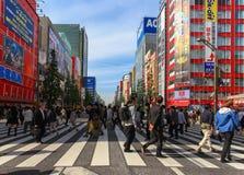 Mensen die de straat kruisen bij het gebied van Akihabara van Tokyo Stock Afbeeldingen