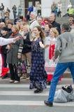 Mensen die in de straat op de prestaties van de Nationaliteitenbal dansen Stock Afbeeldingen