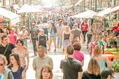 Mensen die in de straat van La Rambla, Spanje, Europa lopen. Stock Afbeelding