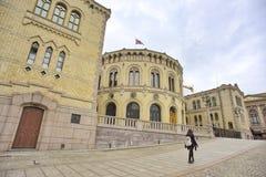 Mensen die in de straat van Oslo in de avond rondwandelen Royalty-vrije Stock Foto's