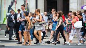 Mensen die in de straat van Oxford, de belangrijkste bestemming lopen van Londoners voor het winkelen Stock Foto's