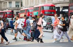 Mensen die in de straat van Oxford, de belangrijkste bestemming lopen van Londoners voor het winkelen Stock Afbeelding