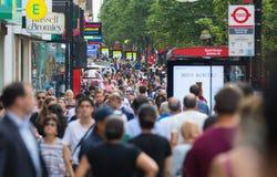 Mensen die in de straat van Oxford, de belangrijkste bestemming lopen van Londoners voor het winkelen modern het levensconcept Lo Stock Afbeeldingen