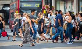 Mensen die in de straat van Oxford, de belangrijkste bestemming lopen van Londoners voor het winkelen modern het levensconcept Lo Royalty-vrije Stock Fotografie