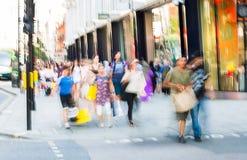 Mensen die in de straat van Oxford, de belangrijkste bestemming lopen van Londoners voor het winkelen modern het levensconcept Lo Stock Fotografie