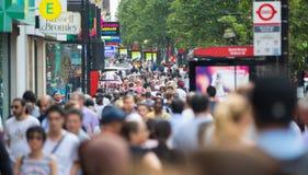 Mensen die in de straat van Oxford, de belangrijkste bestemming lopen van Londoners voor het winkelen modern het levensconcept Lo Stock Afbeelding