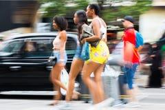 Mensen die in de straat van Oxford, de belangrijkste bestemming lopen van Londoners voor het winkelen modern het levensconcept Lo Royalty-vrije Stock Afbeeldingen