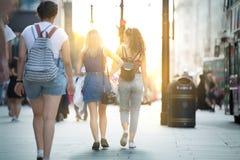 Mensen die in de straat van Oxford, de belangrijkste bestemming lopen van Londoners voor het winkelen modern het levensconcept Lo Royalty-vrije Stock Foto's
