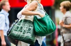 Mensen die in de straat van Oxford, de belangrijkste bestemming lopen van Londoners voor het winkelen modern het levensconcept Lo Stock Foto