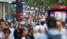 Mensen die in de straat van Oxford, de belangrijkste bestemming lopen van Londoners voor het winkelen modern het levensconcept Lo Stock Foto's