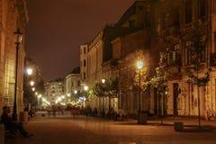 Mensen die de straten lopen bij nacht Stock Foto's