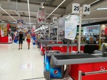 Mensen die in de supermarkt winkelen royalty-vrije stock afbeeldingen
