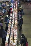 Mensen die in de vleessectie van de beroemde Zhytniy-markt bij Podil-gebied in Kyiv, de Oekraïne winkelen stock foto