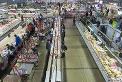 Mensen die in de vleessectie van de beroemde Zhytniy-markt bij Podil-gebied in Kyiv, de Oekraïne winkelen stock afbeeldingen