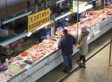 Mensen die in de vleessectie van de beroemde Zhytniy-markt bij Podil-gebied in Kyiv, de Oekraïne winkelen royalty-vrije stock foto's